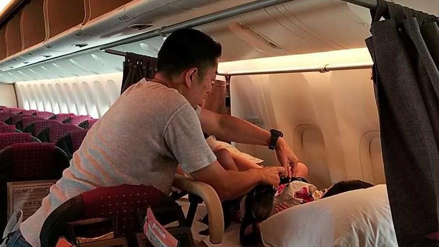 難病児の飛行機での移動に付き添うボランティアの小児科医